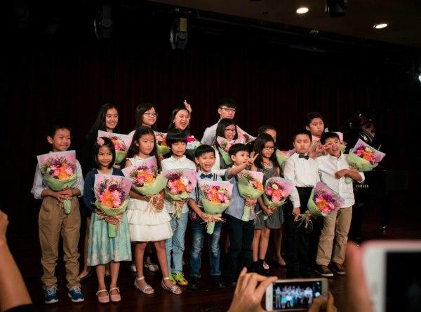 鋼琴老師與李雲迪同屇比賽第5名,音樂學院任鋼琴教師, 超過20年教學經驗,以三角琴教授 , 12歲已以8級成績考入音樂學院,(MTR將軍澳站地鐵上蓋)   學琴 | 鋼琴老師 | 演奏