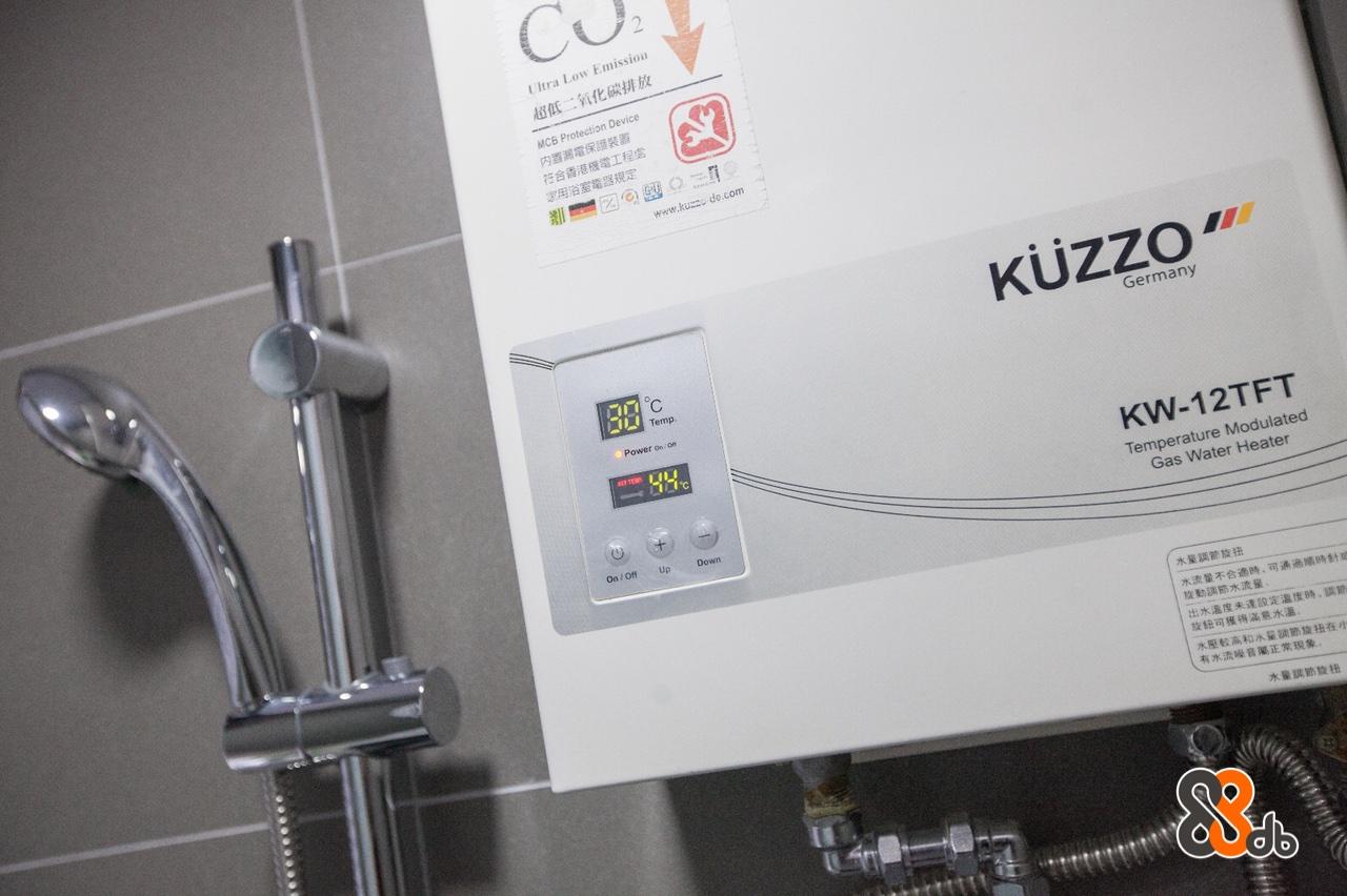 CU Ultra Low Emission 超低二氧化碳排放 MCB Protection Device 内置漏電保護裝置 符合香港機電工程 家用浴室電器規定 www.kussr de.com Germany 门门 Temp. Power on/ KW-12TFT Temperature Modulated Gas Water Heater On /Off UpDown 水量調節旋扭 水流量不合適時,可通過順時針 | 旋動調節水流量 出水溫度未達設定溫度時,調節 旋鈕可獲得滿意水溫 水壓較高和水量調節旋扭在 有水流噪音屬正常現象 水量調節旋扭  product