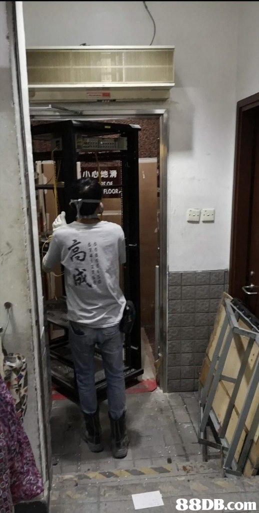 小心地滑 FLOOR Or   Standing,Snapshot,Door,Room,