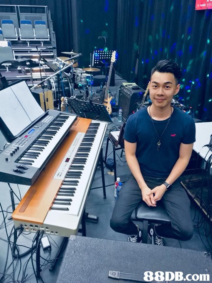 Electronic keyboard,Keyboard player,Musical keyboard,Electronic instrument,Music workstation