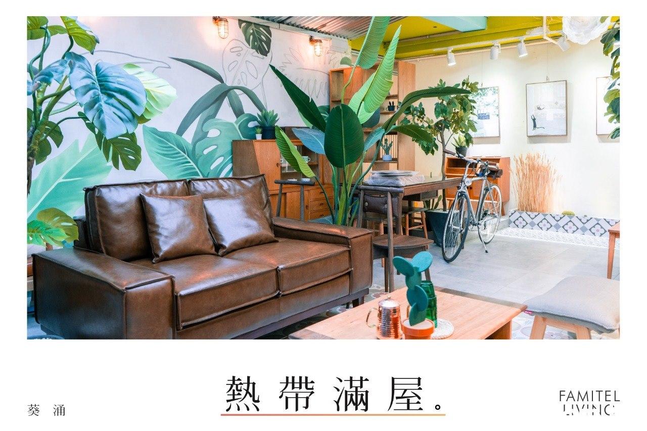 熱帶滿屋。 FAMITEL 葵 涌  Living room,Room,Furniture,Interior design,Wallpaper