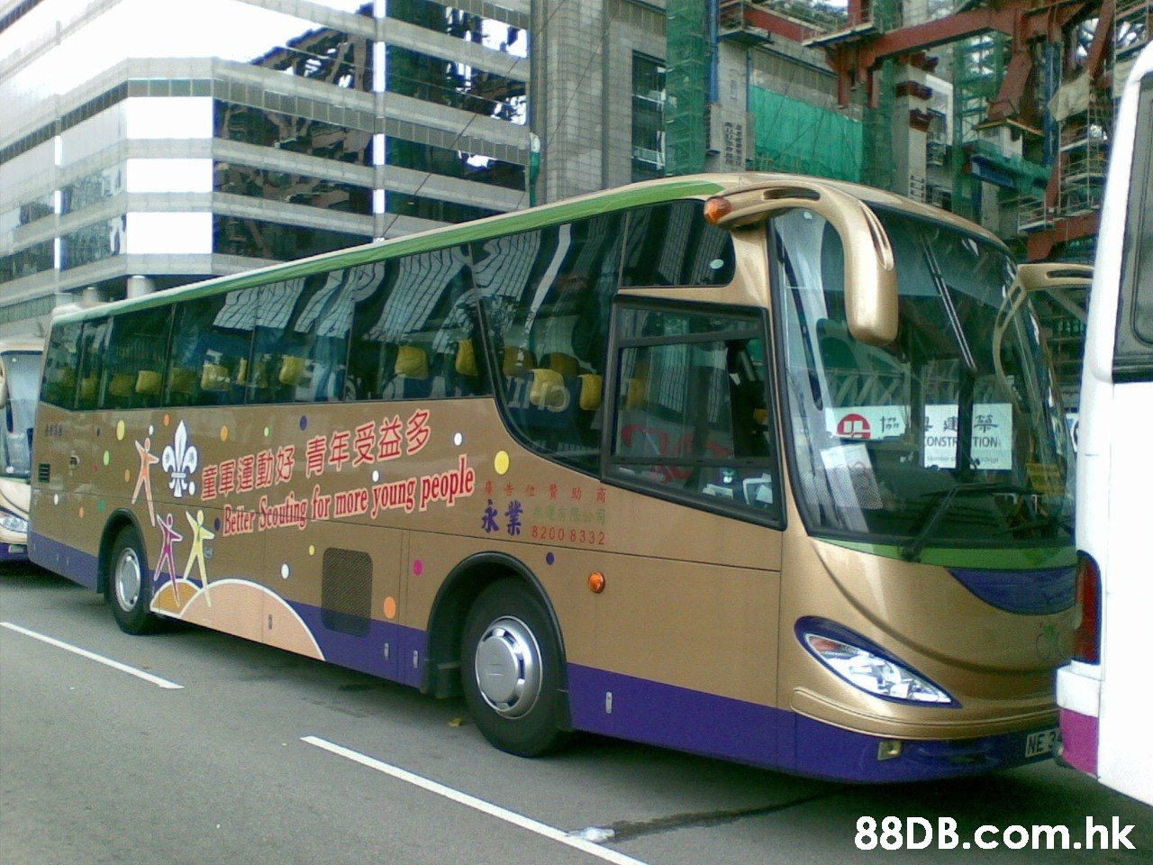 TIB Ala 國動好 青年受益多 Bier Souing fr mre joung people A ONSTR TION 告位費助商 永業 DeLLer 8200 8332 .hk  Land vehicle,Bus,Transport,Vehicle,Mode of transport