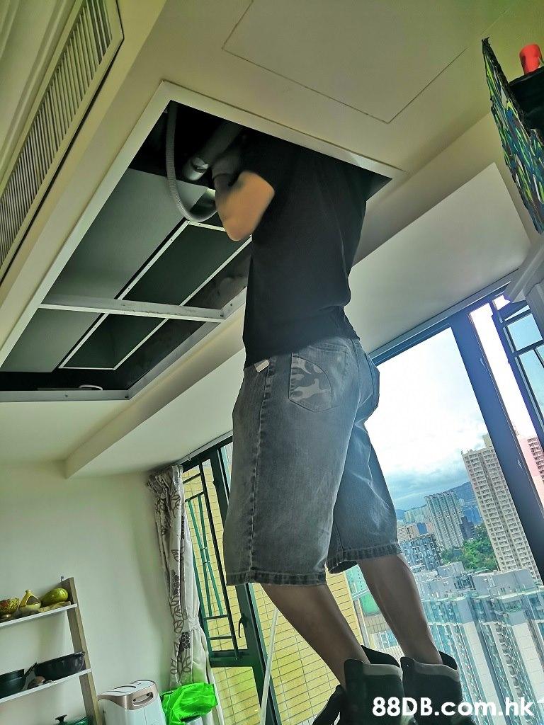 ा है। .hk REEELELS  Leg,Standing,Ceiling,Footwear,Room